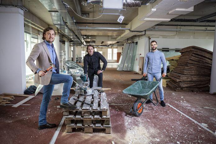 Het bedrijf Cube verhuist een meter of 50 aan het Oldenzaalse Plechelmusplein.  Links op de foto Job Keupink met naast hem Jarno Rutjes (midden) en Mans Booijink.