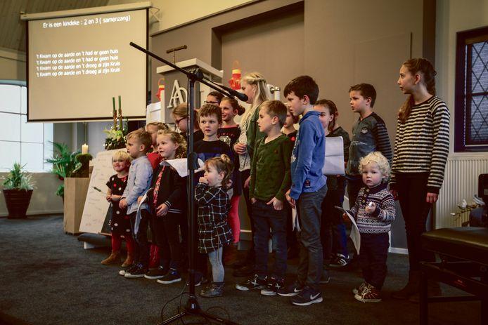 Tijdens de kinderkerstdienst van 2017 bezingen de kinderen hoe Jezus licht brengt in de duisternis.