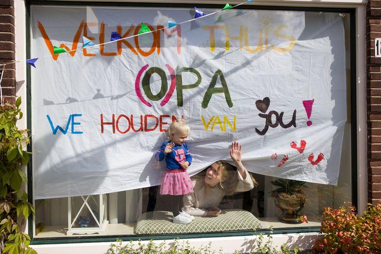 Coronapatiënt Peter Lemmens kon na vele maanden in het ziekenhuis wel weer thuiskomen, maar meer dan 17 duizend andere mensen bezweken in Nederland aan het virus.  Beeld Arie Kievit