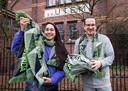 Programmeur Veronique de Leon (r) en marketeer Robin Sandifort hebben de merchandise sjaals voor Soenda Festival net binnen gekregen