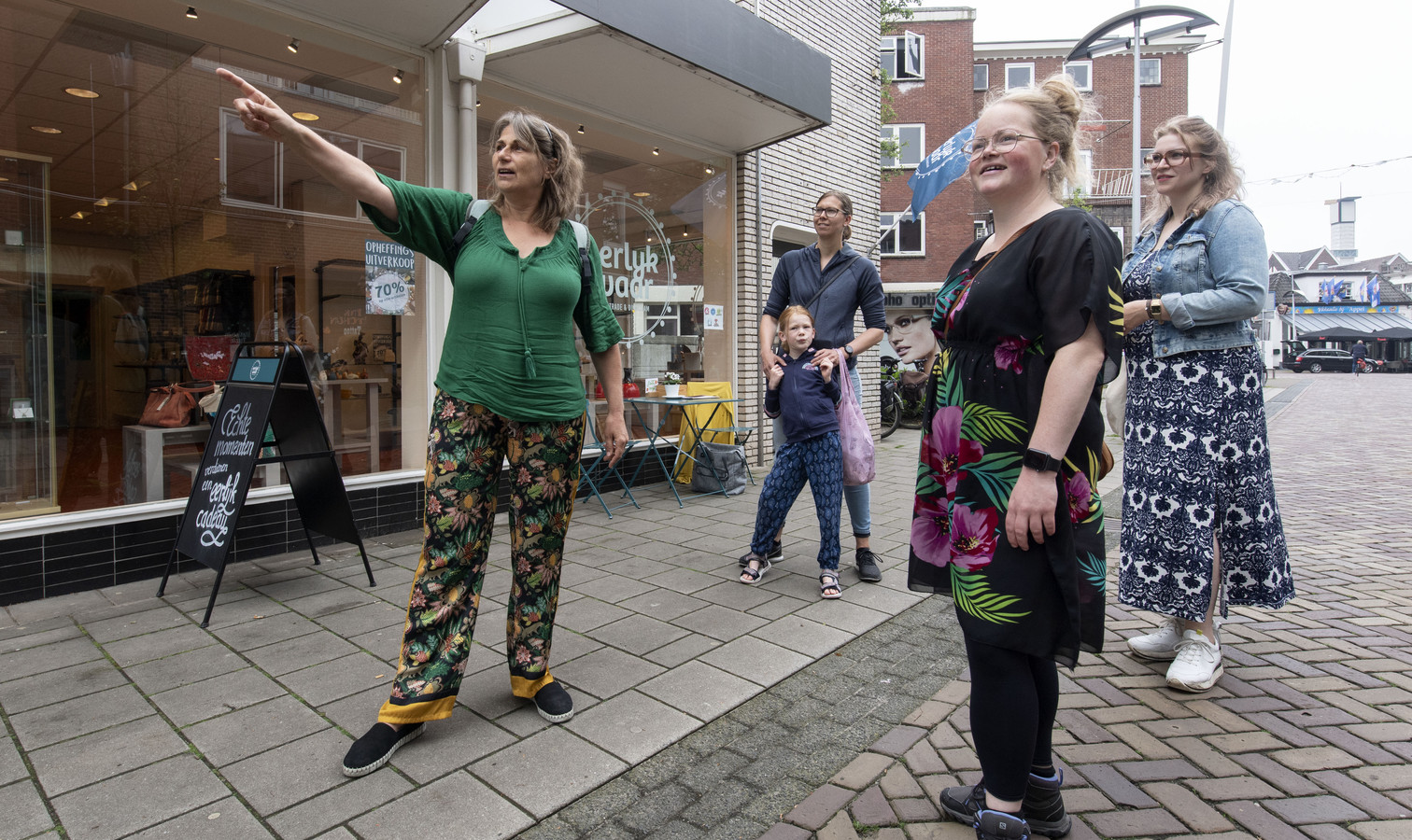 De Zero Waste Tour door binnenstad begint bij de winkel Eerlijk Waar.  Agnes Booijink (links) wijst Sefanja met dochter Lisa, Marlijn en Thari de weg.