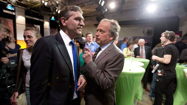 Sybrand van Haersma Buma (links) en Henk Bleker hebben een onderonsje na afloop van het debat in het tv-programma Nieuwsuur-Politiek in Den Haag. Beeld anp