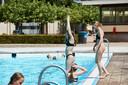 Zwembad Het Vinkennest is bij mooi weer open. Bij slecht weer kunnen zwemmers in Neede terecht in het overdekte zwembad.