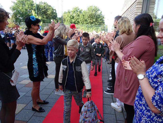 Het nieuwe schooljaar op De Hasselbraam werd maandag feestelijk afgetrapt.