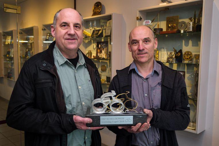 Zaakvoerders Luc Van Ranst (links) en zijn broer Karl met het beeldje.