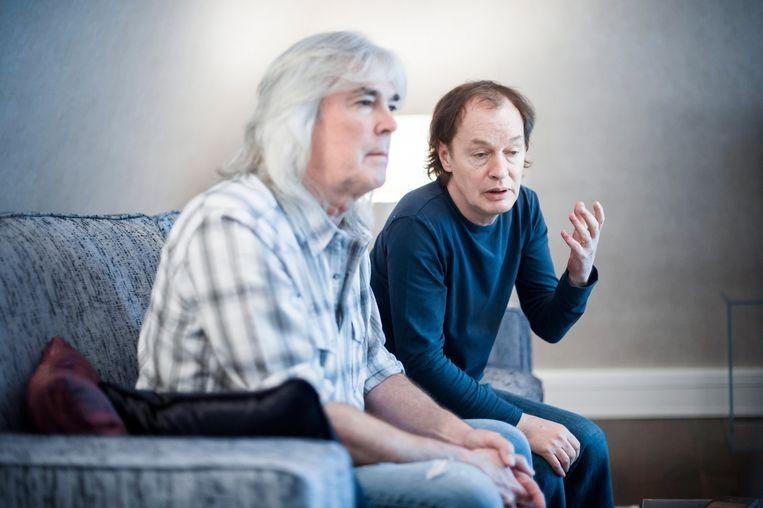 Cliff Williams (links) met gitarist Angus Young tijdens een interview twee jaar geleden. Beeld EPA