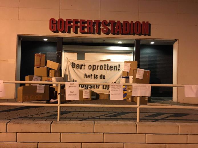 60 verhuisdozen en een duidelijke boodschap aan het adres van algemeen directeur Bart van Ingen.