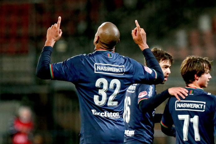 Rangelo Janga dankt een hogere macht na zijn treffer in het duel met Helmond Sport.