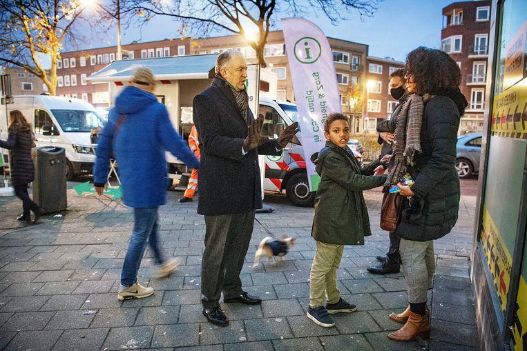 Burgemeester Aboutaleb tijdens een van zijn wekelijkse werkbezoeken aan de Rotterdamse wijk Carnisse. Beeld Guus Dubbelman / de Volkskrant