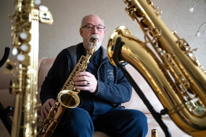 Jan Janssen, het langst lid van het Stedelijk Orkest Lebuinus en al sinds 1957 actief.  Het orkest bestaat honderd jaar en wordt bijgeschreven in het Deventer Gulden Boek.