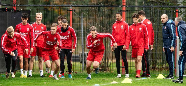 De selectie van FC Twente wordt tijdens een training op de proef gesteld. Beeld Guus Dubbelman / de Volkskrant