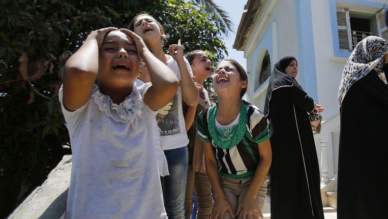 Palestijnen rouwen om de dood van een familielied. Beeld ap