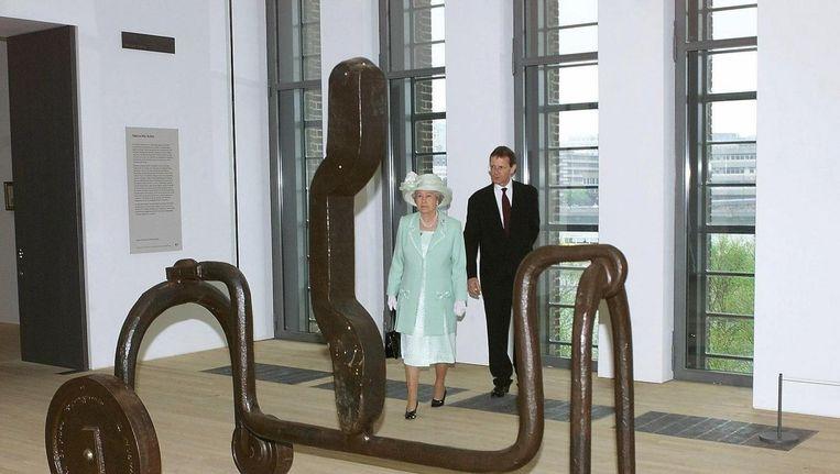 Koningin Elizabeth II in Tate Gallery samen met Nicholas Serota. Beeld epa
