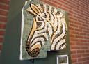 Kunstenaar Anton van Meurs gebruikte twintig verschillende kleuren glas voor het kunstwerk, dat in oorspronkelijke vorm 5,5 bij 2,5 meter groot was.