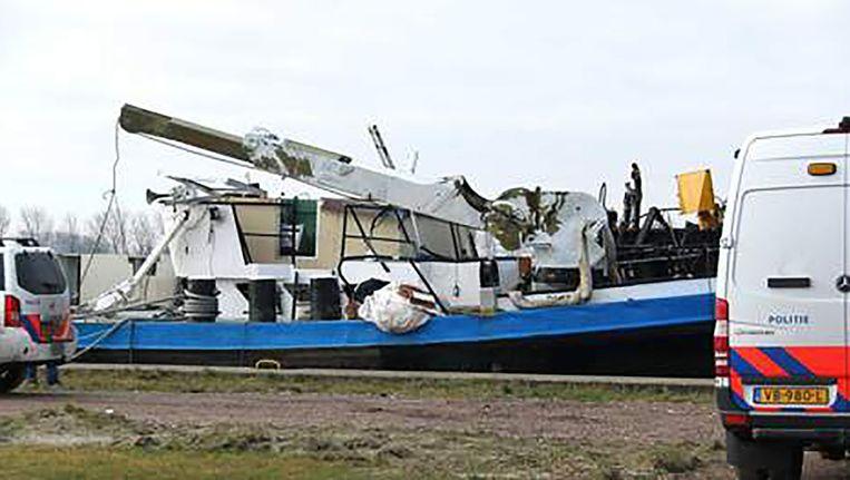 Het binnenvaartschip De Rick ligt aan de kade voor onderzoek. Beeld anp