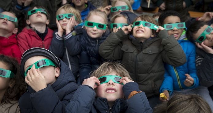 Nederlandse kinderen tijdens de vorige zonsverduistering.