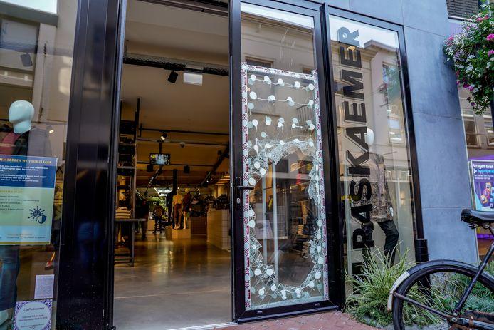 Flinke schade na een inbraak bij kledingzaak De Paskaemer in Oosterhout.