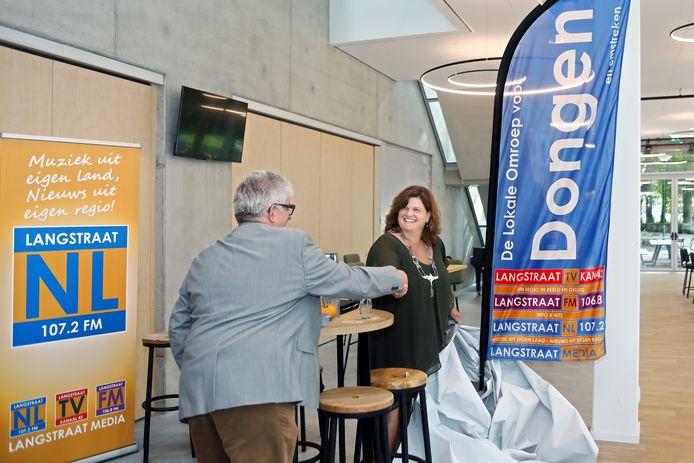 Burgemeester Marina Starmans-Gelijns van de gemeente Dongen lanceerde de lokale omroep in de Cammeleur in Dongen door het onthullen van een banner.