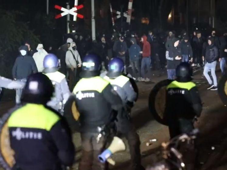 Relschoppers gooien met stenen, glas en fakkels bij stadion De Vijverberg