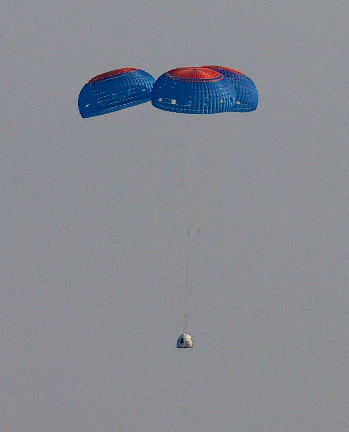 De capsule met aan boord de 4-koppige bemanning keert met behulp van parachutes terug naar aarde.