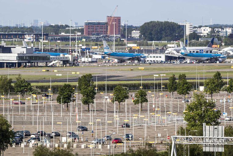 Een leeg parkeerterrein bij luchthaven Schiphol, eerder dit jaar. Beeld ANP
