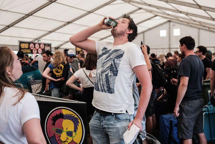 Op de camping van de Zwarte Cross mogen bezoekers niet zelf eten en drinken meenemen. Het biertje moet dus snel opgedronken worden.