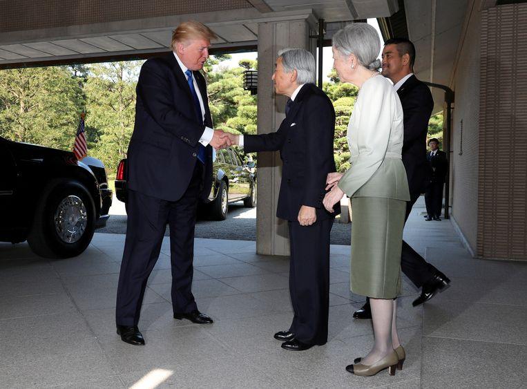 President Donald Trump schudt de hand van Akihito (83), de 125ste keizer van Japan.