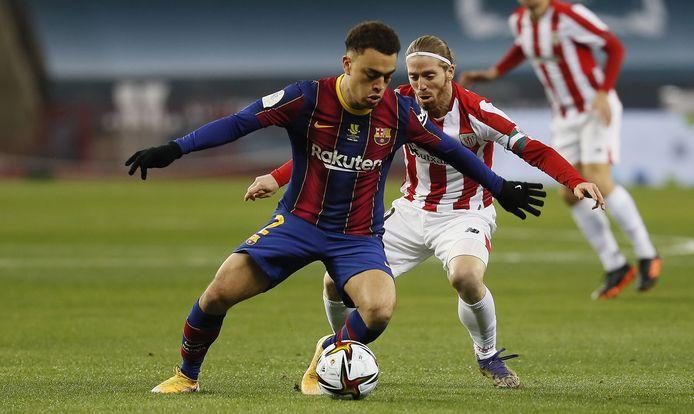 Sergiño Dest in duel met Iker Muniain van Athetlic de Bilbao.