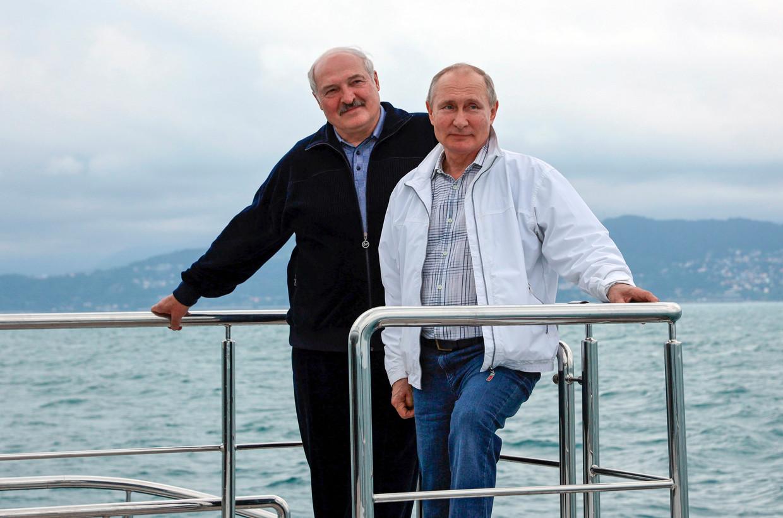 Vladimir Poetin en Aleksandr Loekasjenko maken een boottocht langs de Zwarte Zeekust nabij Sotsji. Beeld AP