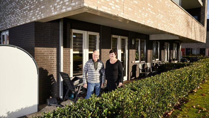 Henk en Janny Steenhoek voor hun nieuwbouwappartement in Hoogvliet. Hun wijk Meeuwenplaat is ingrijpend veranderd.