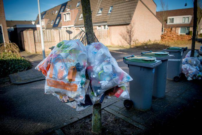 Zakken met plastic, blik en drinkverpakkingen in Wijchen.