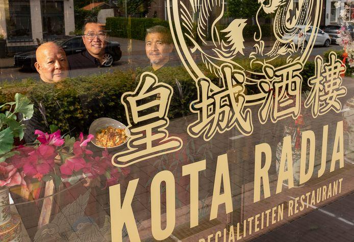 In het midden eigenaar Terrence Ip met links chef-kok Kung Fat Ip en rechts sous-chef Chong Yiu Ho, beiden meer dan 15 jaar werkzaam in het restaurant