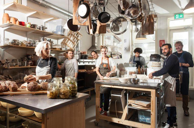 Het team van Baking Lab: (vlnr) Rosalie Bak, Louisa Linders, Jechiam Gural, Merel Launspach, Sharmaarke Mire, Arash Ahwaz en Ilan Roos. Beeld Friso Keuris