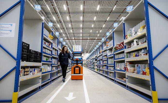Een medewerker verzamelt online bestellingen in een Home Shop Center van Albert Heijn in Bleiswijk.