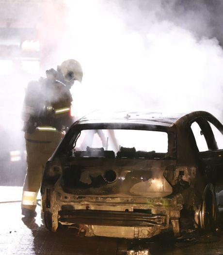 Mogelijk in brand gestoken auto vat tot twee keer toe vlam in Schijndel