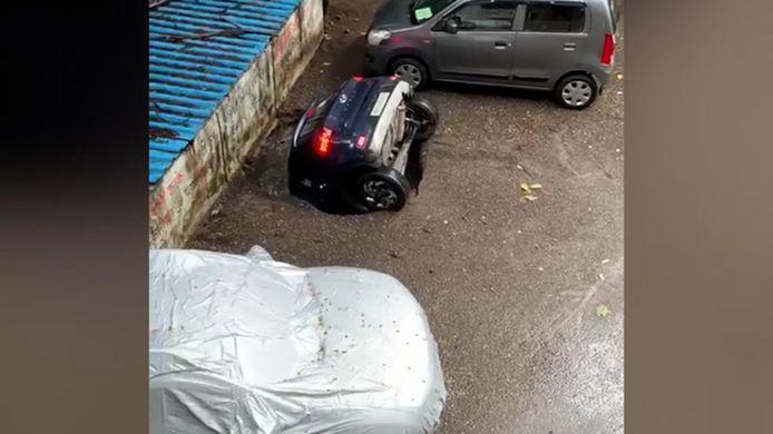 Zinkgat slorpt geparkeerde wagen op