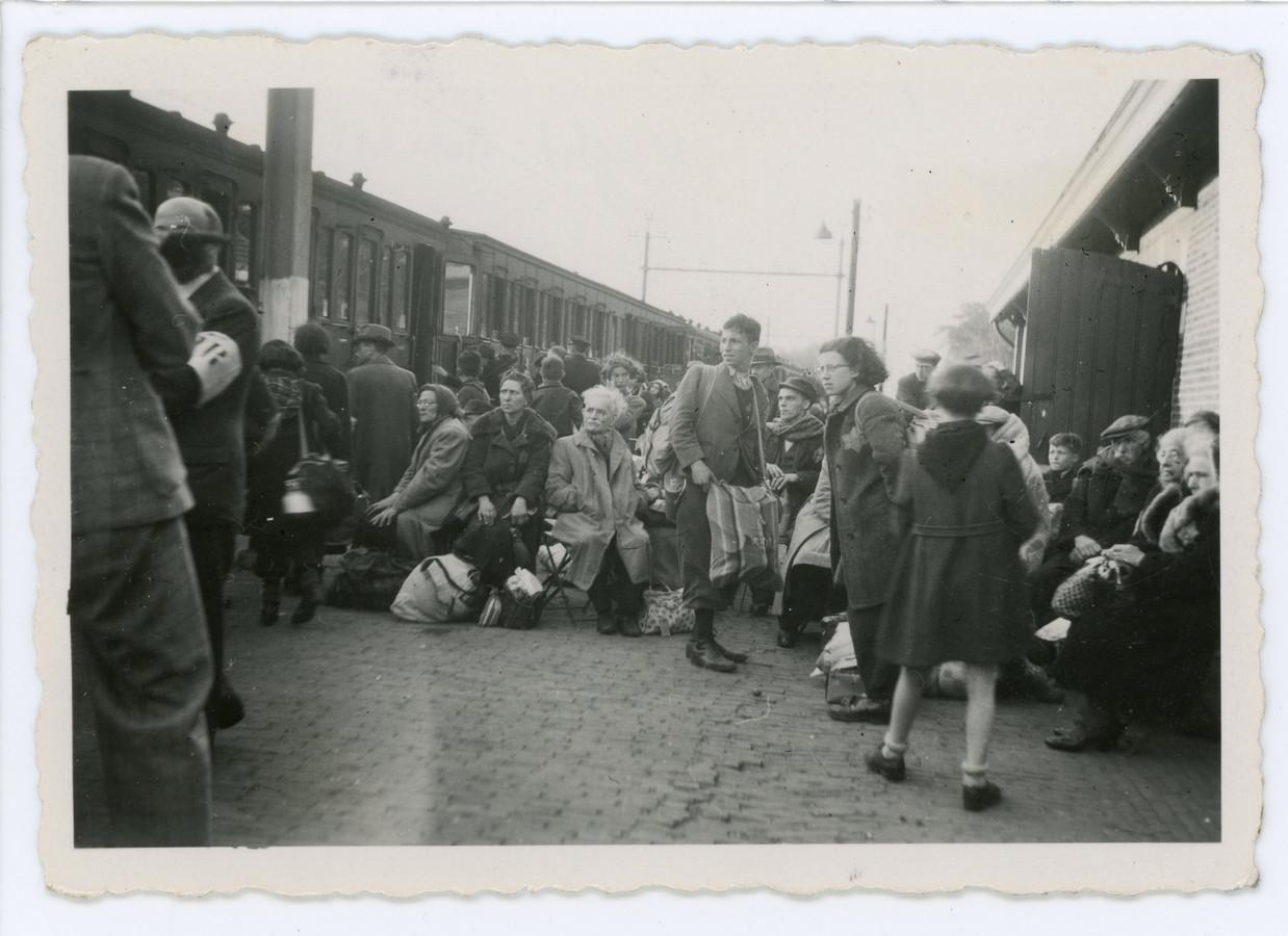 Foto 2: Perron Vught 23 mei 1943: Een groep Joden staat klaar om naar Westerbork te vertrekken. Links staat een man met een armband van de Joodse Raad.