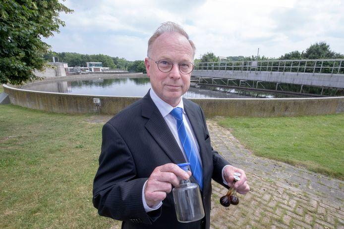 Heemraad Bert van Vreeswijk toont kolfjes met nuttige stoffen die uit het rioolwater zijn gehaald.