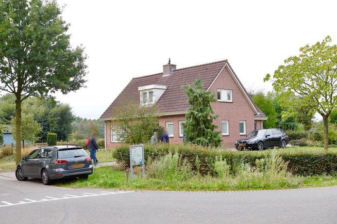 De politie is eind van de ochtend begonnen met doorzoeking van het woonhuis van Johannes V. in Beers.