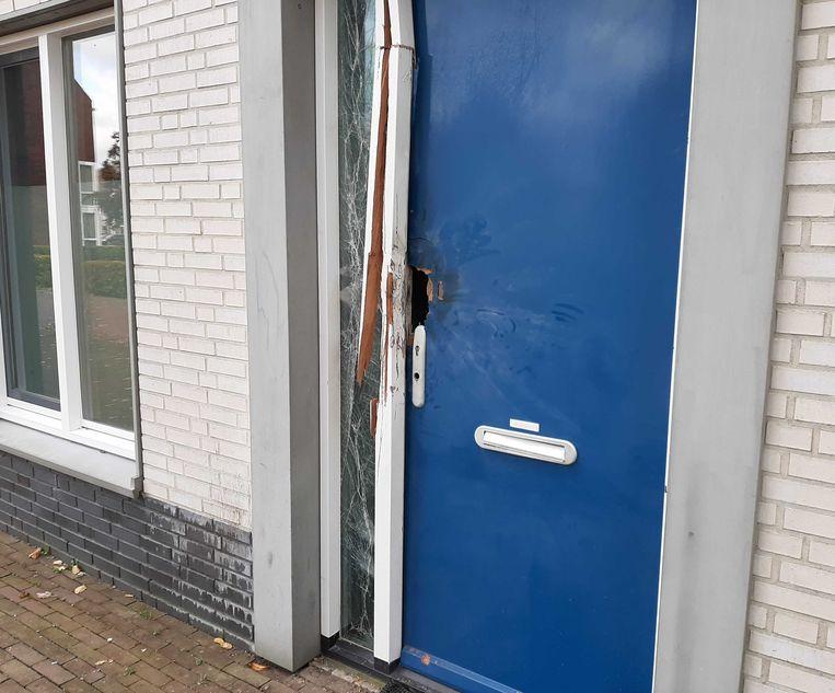Schade aan een woning in de Dijkmanshuizenstraat in Noord na vermoedelijk een explosie van vuurwerk.   Beeld Het Parool