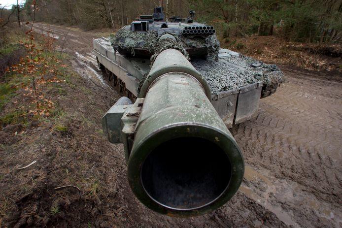 Duitse tanks met Nederlandse bemanning oefenen in de omgeving van Bergen Hohne op de Luneburger Heide (Duitsland).