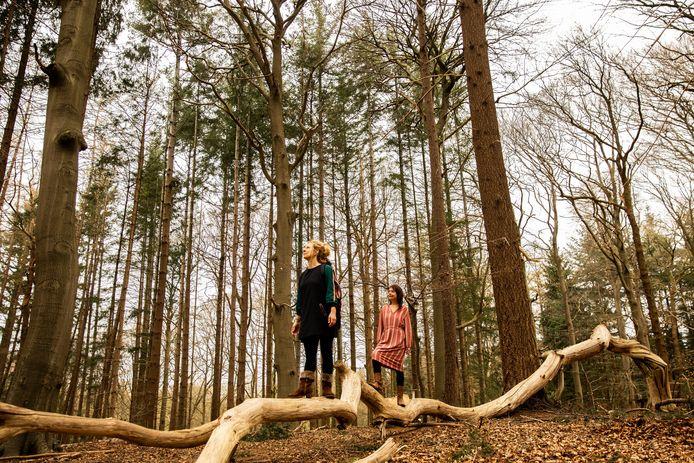 Artistiek leider Sophie de Rijk en initiatiefnemer Hilke Bressers (rechts) willen de gedichten tussen de bomen laten 'dwarrelen'.