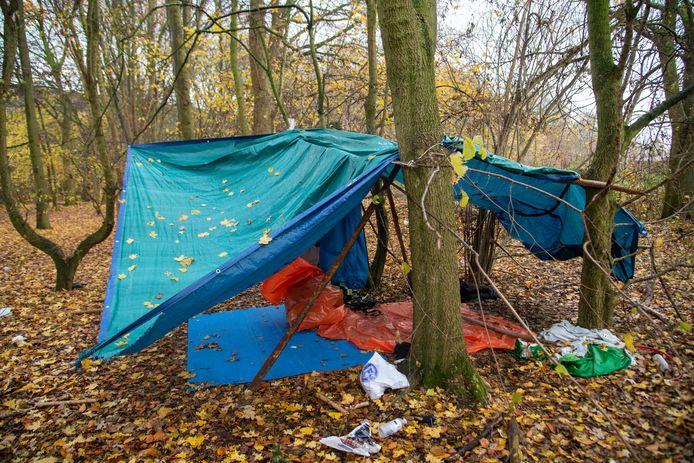 Het geïmproviseerde kamp langs de E40 in Wetteren.