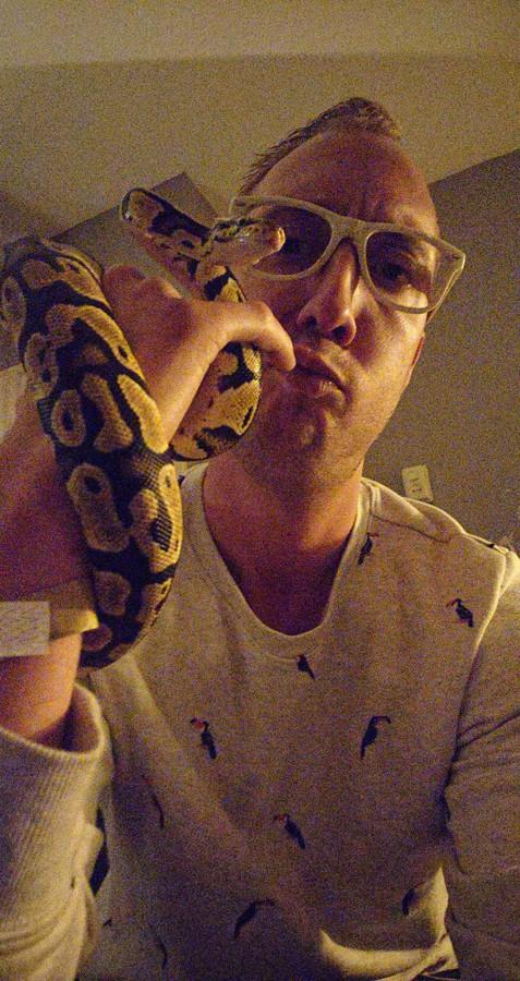 Martijn Biemans uit Losser met zijn slang Nagini.