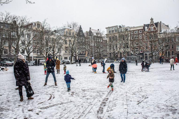 Op bijna elke straathoek breken spontane sneeuwballengevechten uit.  Beeld Nosh Neneh