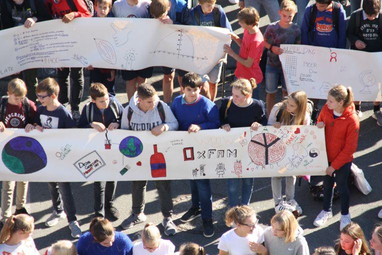 De leerlingen schreven allerlei boodschappen op grote rollen behangpapier.