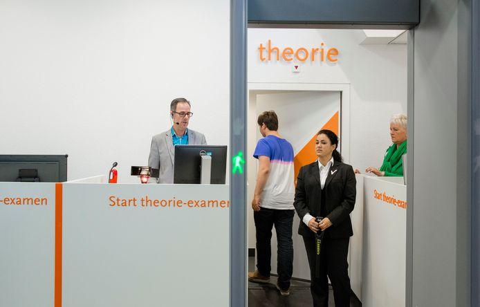 Rijexamenkandidaten melden zich aan voor het theorie-examen bij het CBR in Eindhoven.