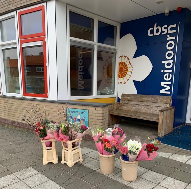 Door noodopvang is de druk op leerkrachten groot. De fleurige opsteker van de gemeente Oldebroek moet daarvoor de waardering uitstralen.
