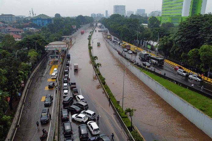 Een ondergelopen weg in Jakarta, Indonesië.