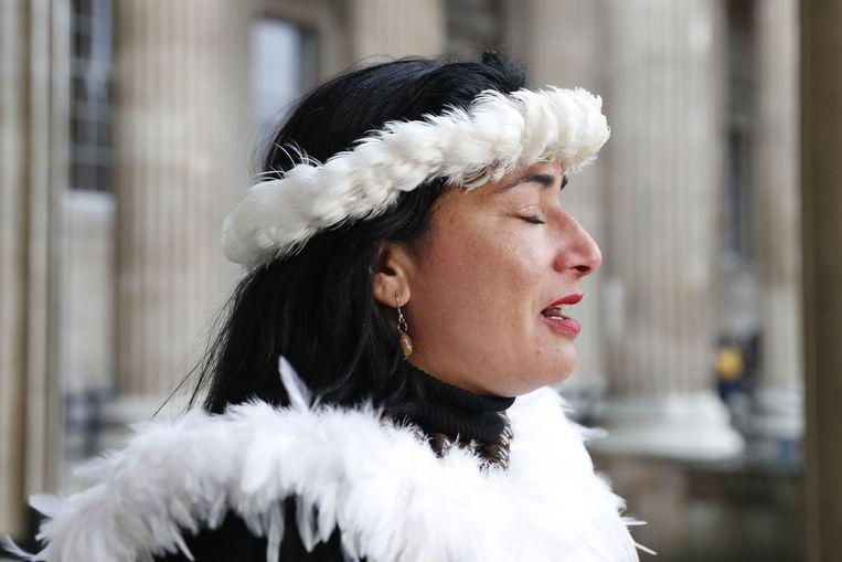 De gouverneur van Paaseiland, Tarita Alarcon Rapu, spreekt de pers toe aan het British Museum in Londen. Beeld AFP